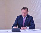 Remigiusz Nowakowski prezes zarządu TAURON Polska Energia podpisuje list intencyjny.JPG