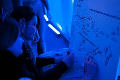 Nauczyciele podpisują deklarację.jpg