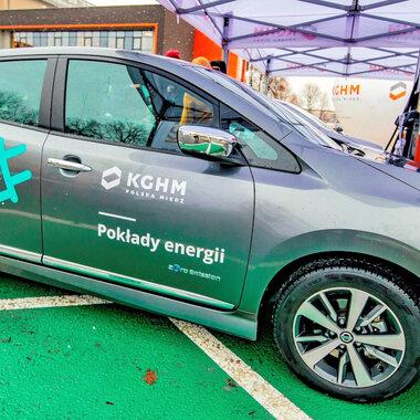 puntos de carga para vehículos eléctricos en la sede de KGHM en Lubin