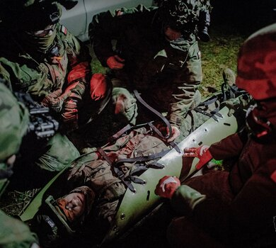 Nocne szkolenie na sprzęcie ratowniczym