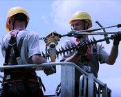 Pracownicy TAURON Dystrybucja - prace na linii wysokiego napięcia.