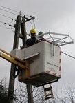 Słupscy energetycy montują platformę pod bocianie gniazdo