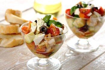 Zdjęcie: Sałatki z mięsem - pyszne dania na wakacyjne dni