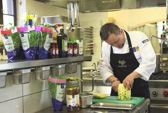 """""""Triki szefa kuchni"""" - jak przygotować ananasa?"""