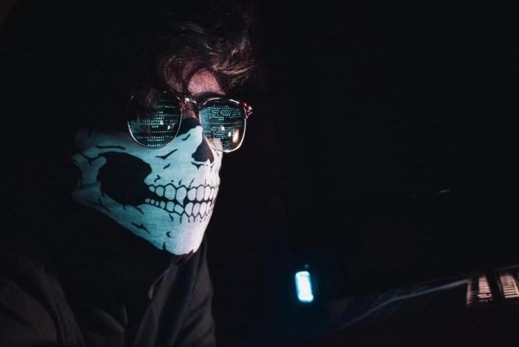 Cyberprzestępcy 700 razy na godzinę próbują wykraść dane polskich internautów…  i ich pieniądze! Jak się przed tym bronić?