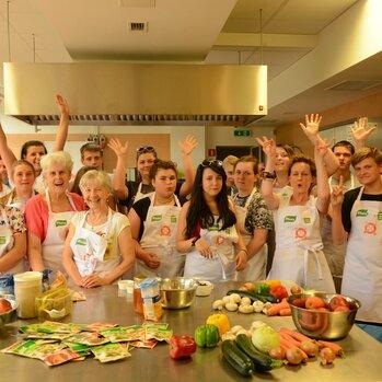 """Zdjęcie: """"Pomaganie przez gotowanie"""" – gotowaliśmy w Olsztynie! Warsztaty kulinarne dla wychowanków domów dziecka i seniorów"""