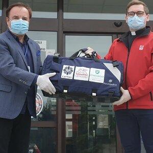 Przekazanie respiratora dla Wielospecjalistycznego Szpitala Miejskiego im. J. Strusia w Poznaniu przez przedstawiciela Caritas