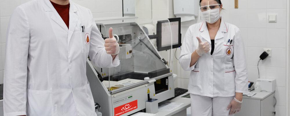 """Poczta Polska: nasza Fundacja """"Pocztowy Dar"""" kupiła analizator osocza. Ten wysokospecjalistyczny sprzęt medyczny posłuży do przygotowania osocza ozdrowieńców, które pomoże w leczeniu chorych na  COVID-19 w całej Polsce"""