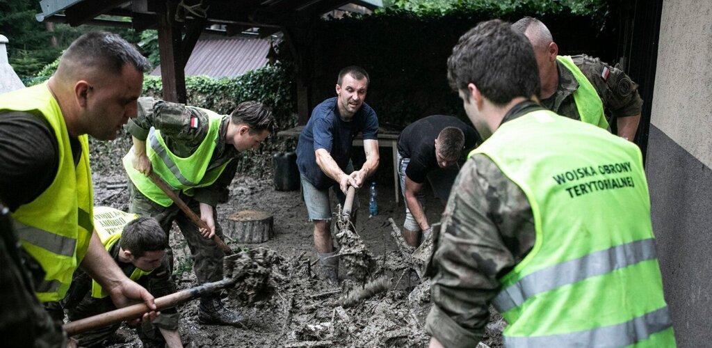 Żołnierze 3 Podkarpackiej Brygady OT nadal w akcji przeciwpowodziowej - duża galeria