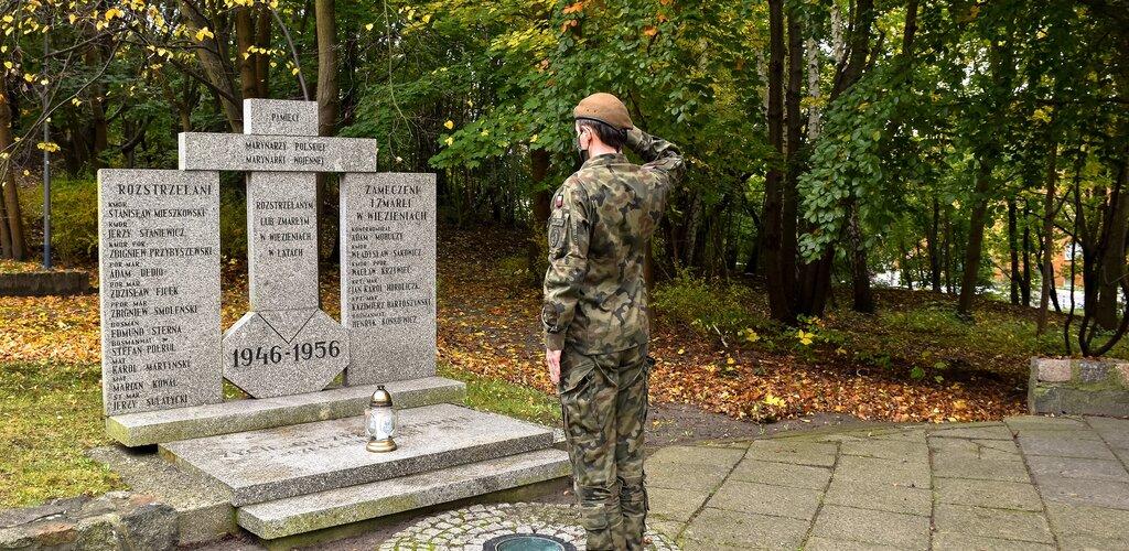 Płomyki pamięci na grobach bohaterów
