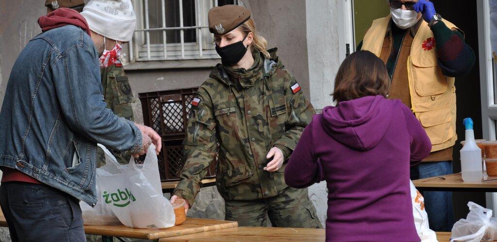 Żołnierze WOT pomagają w wydawaniu posiłków
