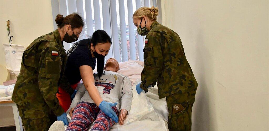 Toruńskie Centrum Szkolenia WOT szkoli żołnierzy w opiece nad leżącymi pacjentami