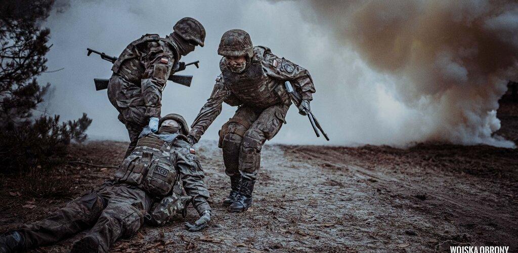Sztuczna krew i realizm działań. Centrum Szkolenia WOT przygotowuje ratowników pola walki.
