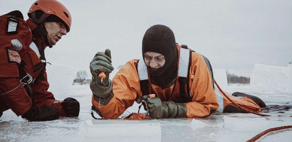 Szkolenie z ratownictwa lodowego pod okiem strażaków