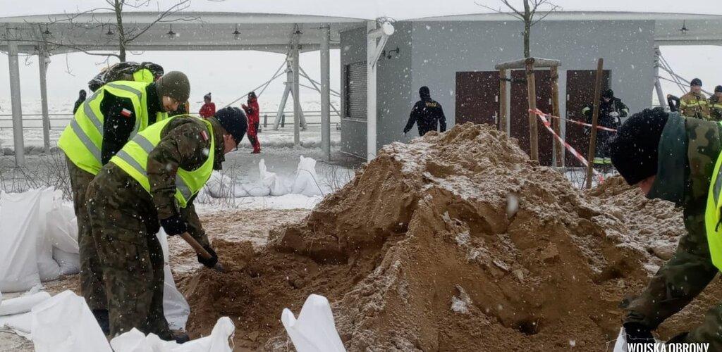 Mazowieccy terytorialsi wspierają służby w walce z podtopieniami w Płocku