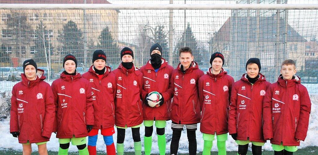 Energa pomogła w zakupie kurtek dla młodych piłkarzy