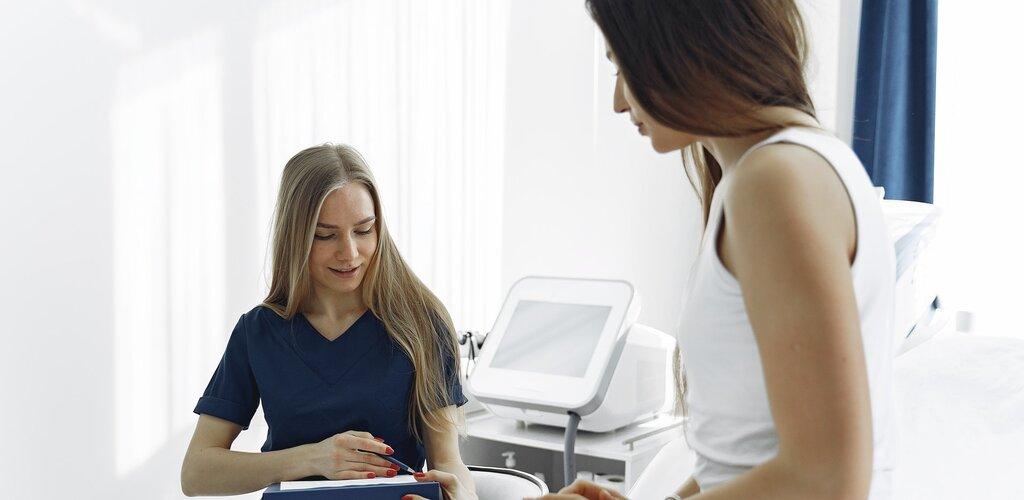 Kobiety dwa razy częściej korzystają z pomocy lekarzy