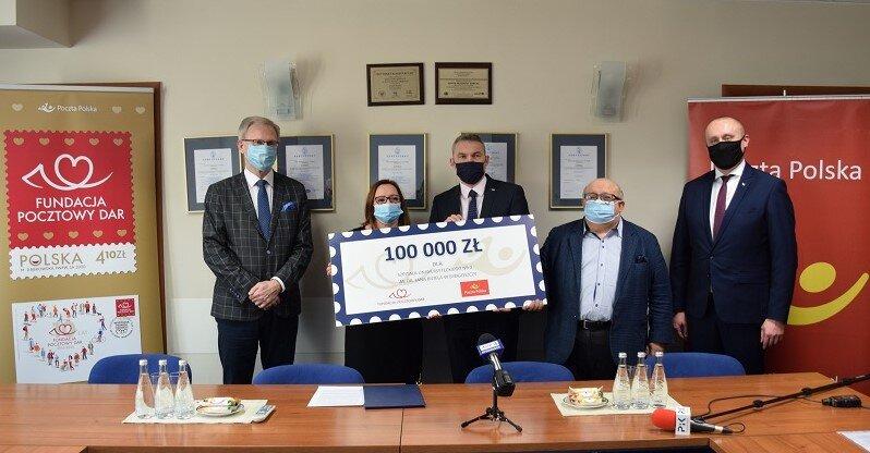 """Poczta Polska: pomoc Fundacji """"Pocztowy Dar"""" dla szpitala walczącego z COVID19"""
