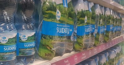 Butelki marki własnej Carrefour z coraz mniejszą ilością plastiku