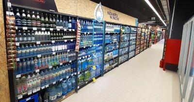 Woda w zwrotnych butelkach już na półkach Carrefour