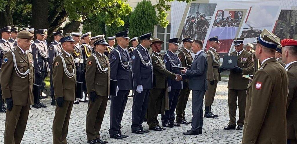 Bohaterowie w mundurach wyróżnieni