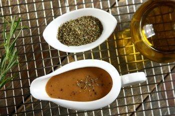 Sztuka przygotowania sosu – bądź mistrzem!  Porady i przepisy na sosy do świątecznych mięs