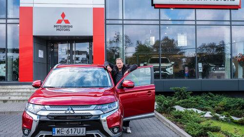 Maciej Stuhr w przyjaźni z Mitsubishi Outlanderem 2019