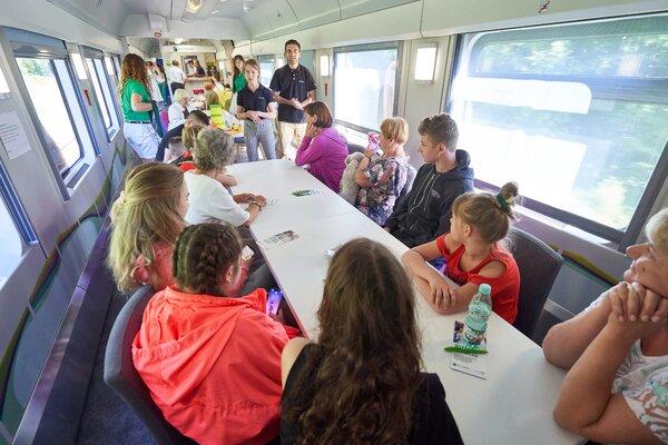 Mobilny Punkt Banku BNP Paribas w pociągu, a w nim wiele atrakcji dla podróżnych