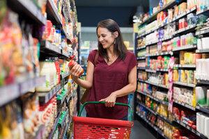 Koszyk zakupowy w rękach konsumentek