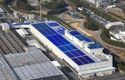 Superwydajne systemy fotowoltaiczne na dachach fabryki Mitsubishi Motors zasilą zakłady w Okazaki
