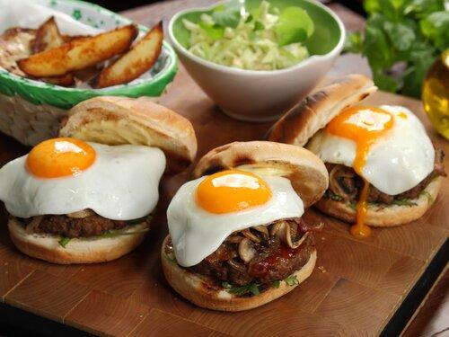 Między bułką a mięsem – obchody Światowego Dnia Hamburgera czas zacząć